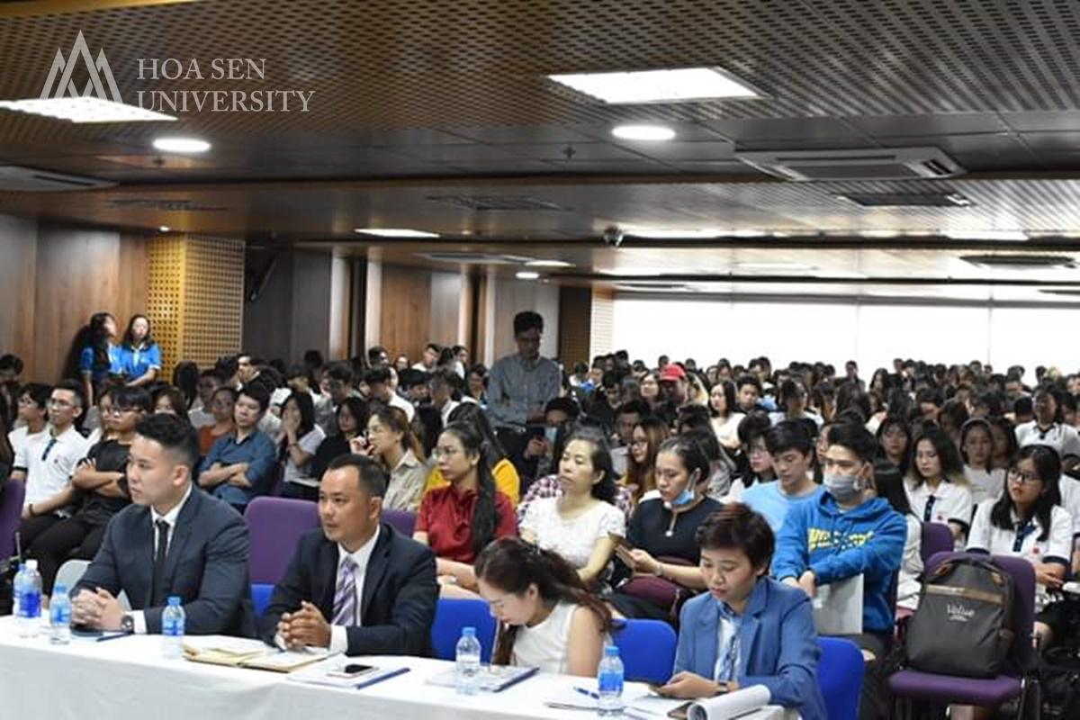 Sinh viên tham gia hội thảo Thương mại điện tử không biên giới
